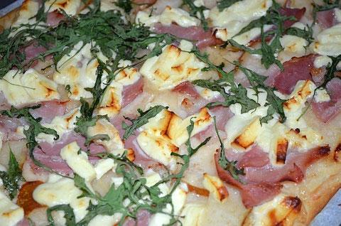 Birnen-Rucola-Pizza mit Parmaschinken und Schafkäse