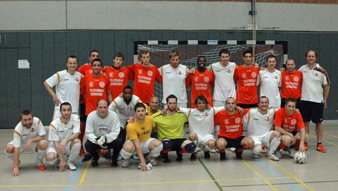 Die Spieler beider Finalteams gemeinschaftlich vor dem fairen Spiel (Foto: Gött)