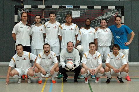 """Das """"Futsalicious""""-Finalteam: (hinten v.l.) Bonnekamp, Payzulaev, Reich, Büllesfeld, Mussayi, Avtieniev, Ypel; (vorne v.l.) Avtyenyev, Valchev, Bartmann, Henneken, Pisano (Foto: Gött)"""