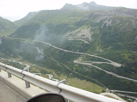 Auf der Abfahrt nach Gletsch - rechts am Hang die Strasse zum Furkapass und Rhonegletscher