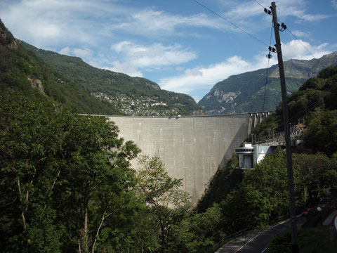 Staudamm im Verzascatal - Lago di Vogorno - bekannt durch den Film mit James Bond - Golden Eye - im Hintergrund das Bergdorf Mergoscia