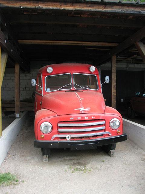 Opel Blitz im Carport