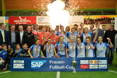 Die Siegermannschaft: Hoffenheim gewinnt den SAP Cup 2016. Foto: Klaus Schwabenland