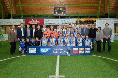 Die Siegerinnen mit allen, die den SAP Cup 2016 möglich machten. Foto: Klaus Schwabenland