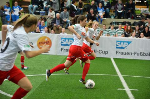 Die Siegerinnen aus Freiburg auf dem Vormarsch. Foto: Klaus Schwabenland