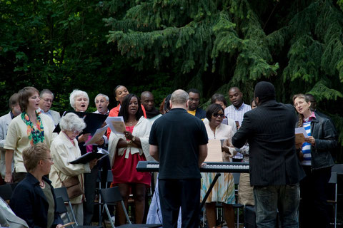 Singkreis und frankophoner Chor singen gemeinsam beim Gottesdienst zu Pfingsten 2011 · Le cercle de chant et la chorale francophone chanteront ensemble lors du culte de Pentecote.