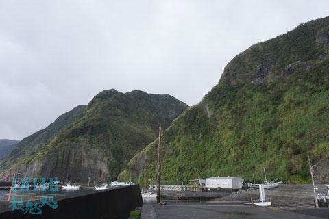 洞輪沢漁港意外と崖に囲まれている