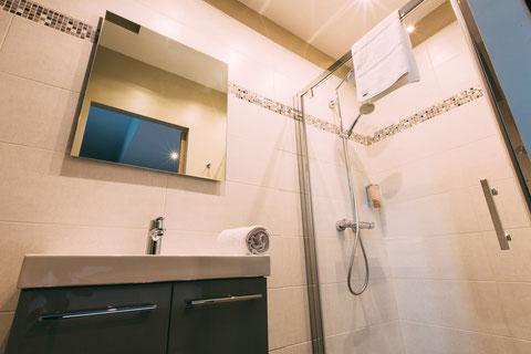The Gem, chambre d'hôtes, maison d'hôtes, B&B, grand lit 180x200, confort et services hoteliers, petit déjeuner inclus, 1 personne, salle de bain avec douche à l'italienne