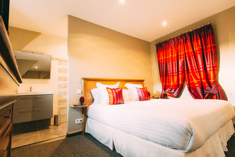 The Gem, guest rooms, guesthouse, B&B (bed and breakfast) in the city center of Amiens, shuttle service, breakfast included, a home away from home, queen size bed 180x200, walk-in shower