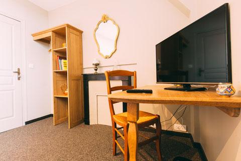 The Gem, chambre d'hôtes, maison d'hôtes, B&B, grand lit 180x200, confort et services hoteliers, petit déjeuner inclus, 1 personne, bureau, et tv à écran plat