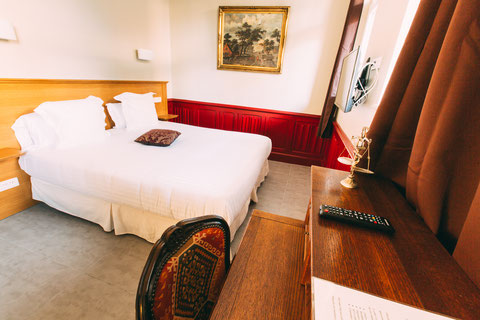 The Gem, guest rooms, guesthouse, B&B (bed and breakfast) in the city center of Amiens, shuttle service, breakfast included, a home away from home, deluxe rooms, a queen size bed 180x200, ground floor, a desk and a screen tv