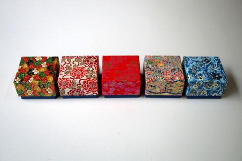 千代紙5柄と紺色の鳥の子紙を使ってかぶせ型の小さな貼り箱を別注で作製しました