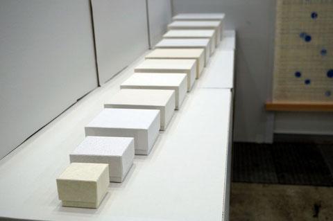 白系の和紙を使った貼り箱の展示では小から大へ段階的に見せました