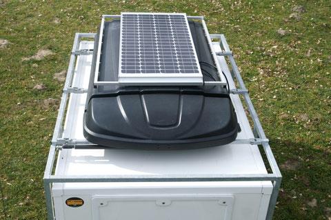 un panneau solaire qui maintient la charge des batteries (2x100 ampères)