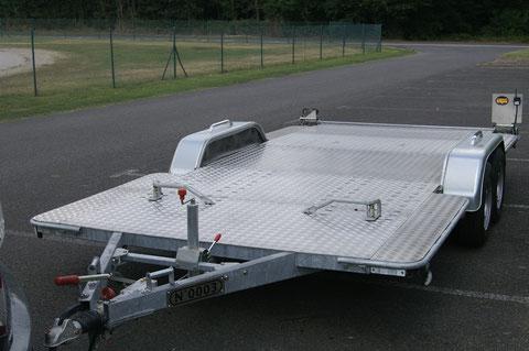 Un vaste plateau de 4.80 mètres de long par 2.46 mètres de large pour installer un véhicule facilement.