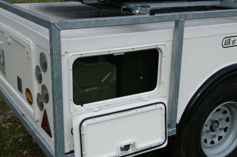 des coffres étanches permettant le transport de bidons de carburant