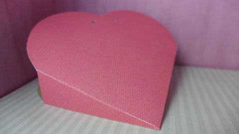 Valentinstag - Süßes für die oder den Süße(n) - Vorschlag 2, die Laschen der Herztasche aufeinander kleben, so sieht die fertige Herztasche aus