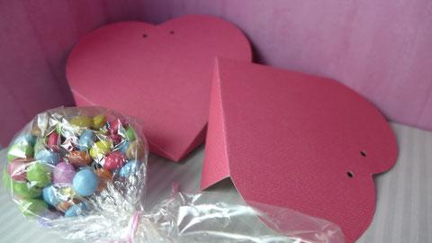 Valentinstag - Süßes für die oder den Süße(n) - Vorschlag 2, zwei Herzen für eine Herztasche ausschneiden