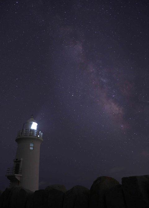 愛知県田原市の伊良湖の灯台と天の川