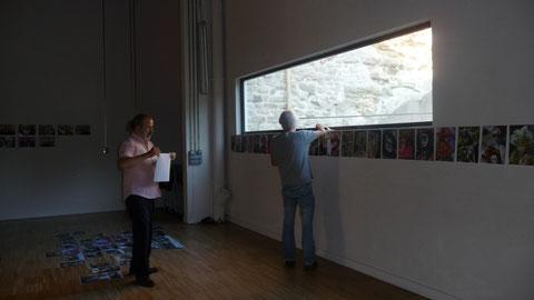 Les professionnels de la photos en pleine installation de l'exposition amateur une réusite permanente pendant un an
