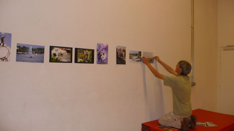 Professionnel de la photos en pleine installation de l'exposition amateur permanente pendant un an
