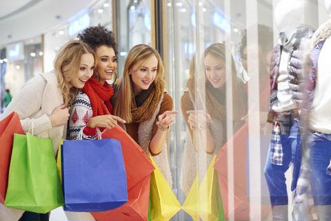 ウィンドウショッピングを楽しむ外国人女性たち
