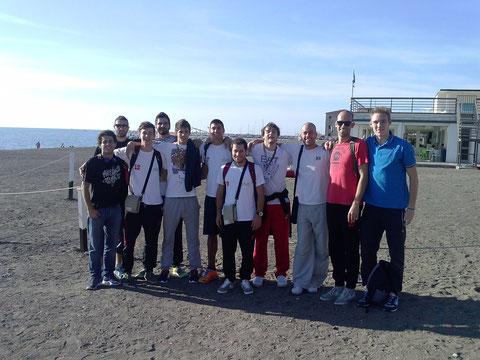 Foto di gruppo per la squadra sulla spiaggia di Cecina