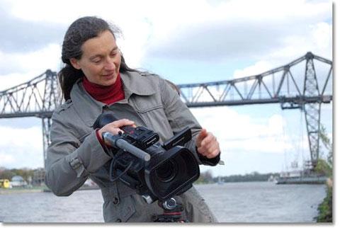 Dipl.-Ing. agr. Sabine Sommerschuh (vorm. Sabine Roth) filmt am Nord-Ostsee-Kanal in Rendsburg