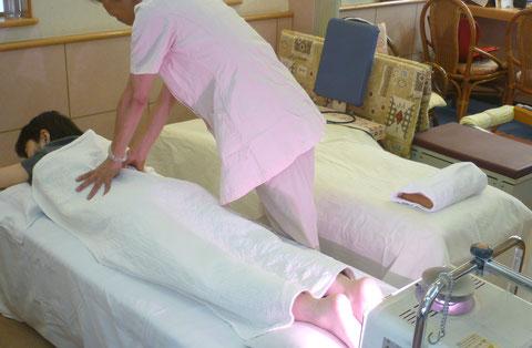 脊椎の矯正:八光流「皇法指圧」は脊椎の両側を丁寧に指圧します。 自然医学療法センター橋本は、千葉県鎌ヶ谷市の八光流「皇法指圧」・アーク光線療法の整体院です。