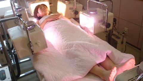 アーク光線療光線治療器6台の全身照射は、深部温熱作用で全身の細胞の活性化で体調を整え体質を改善できます。自然医学療法センター橋本は、千葉県鎌ケ谷市の八光流「皇法指圧」・アーク光線療法の整体院です。