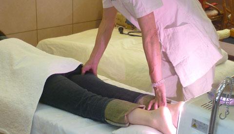 脚の膀胱経への指圧は浮腫みの解消、排泄を良くします:千葉県鎌ヶ谷市の八光流「皇法指圧」・アーク光線療法の自然医学療法センター橋本です。