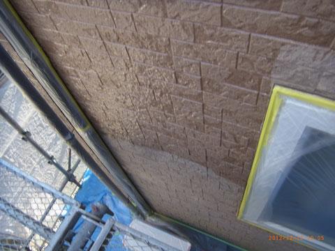 外壁サイディングの柄をそのまま残す塗替え。UVプロテクトクリアーで塗装中。