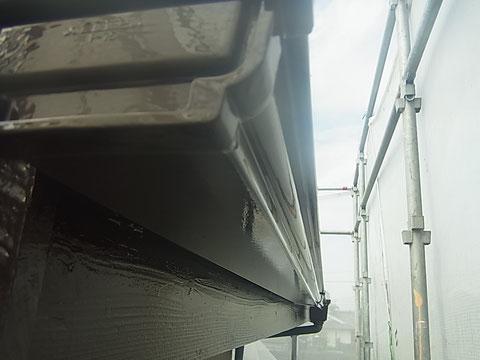 熊本市東区I様家の外壁塗装及び屋根塗装状況。破風板と樋の塗り替え完成。