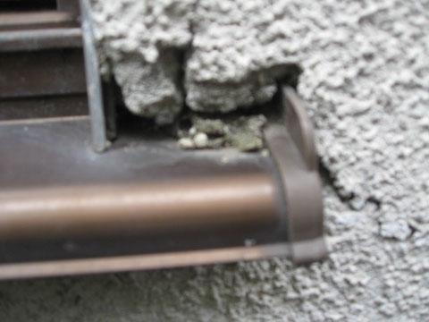 モルタル外壁のサッシ際割れ状況。