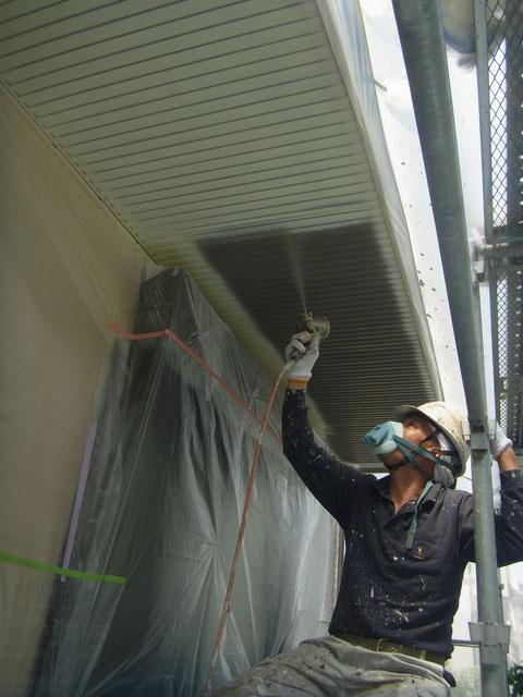 天井塗り替え 吹き付け塗装中