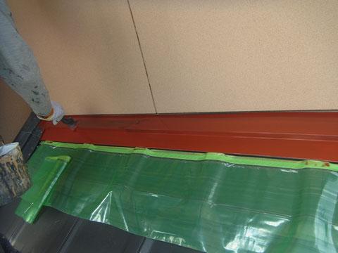 屋根水切り鉄板に関西ペイントのエポキシ錆止め処理写真。