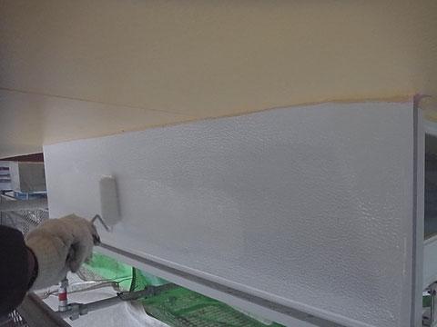 熊本市〇様家の屋根塗装及び外壁塗装。鉄板庇屋根の塗り替え中。
