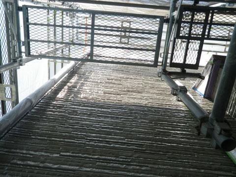 熊本市東区N様家の外壁塗装及び屋根塗装時撮影。外壁クリヤー塗装中です。柄・模様をそのまま残す塗り替えです。