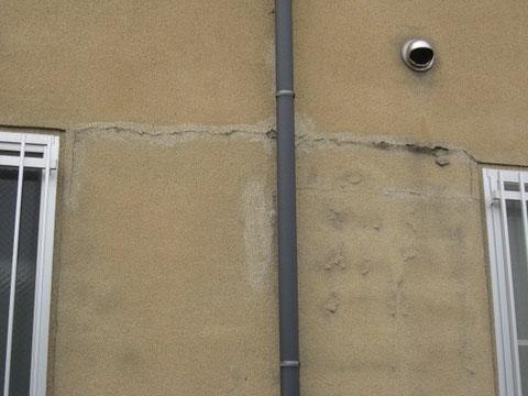 リシン外壁のひび割れと塗膜が浮いた状態。