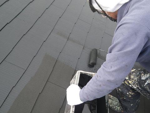 熊本市の外壁塗装時。コロニアル屋根をローラーにて手塗りを行っています。高耐久塗料使用。
