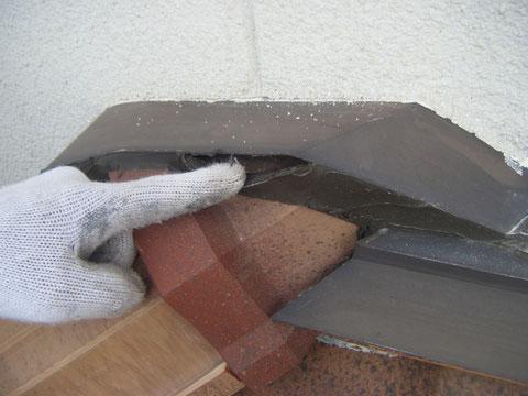 熊本H様家の外壁塗装時。屋根上のコーキングに開きが発生しており塗装前に対策する事にしました。