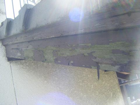熊本県T様邸 幕板塗装前。 コケ・塗膜剥がれ状況