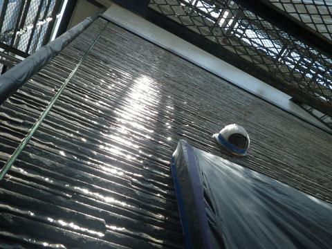 熊本市N様家の外壁塗装及び屋根塗装時。模様付き外壁サイディングのクリアー保護塗装を接写で撮影。キレイです。