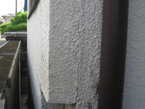 地盤の動きにより発生する事のある外壁ひび割れ。