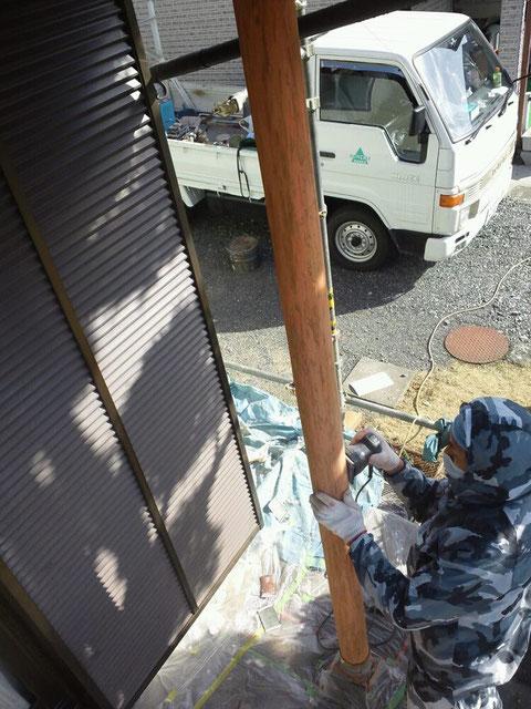 熊本の木材塗装前 ケレン処理中。
