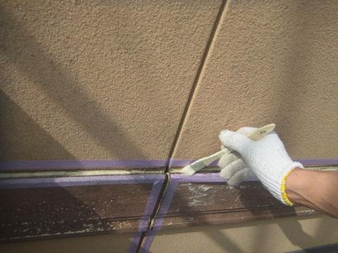 帯上にコーキング処理を行いますので密着プライマーを塗っています。