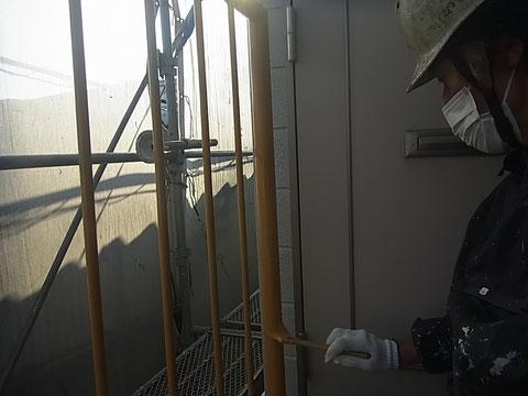 鉄骨階段塗装前。鉄骨階段手摺りの塗装中。関西ペイントの高耐久・防カビ塗料でおしゃれイエローに変身中。