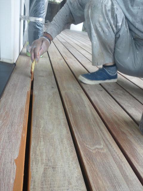 熊本の塗装工事例 ウッドデッキ隙間塗装