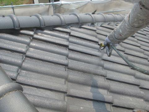 屋根の塗りかえを吹き付けにて行っています。