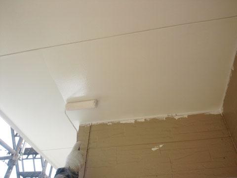 熊本I様家の外壁塗装・屋根塗装時。外壁軒天のローラー塗装中。防カビ塗料使用。